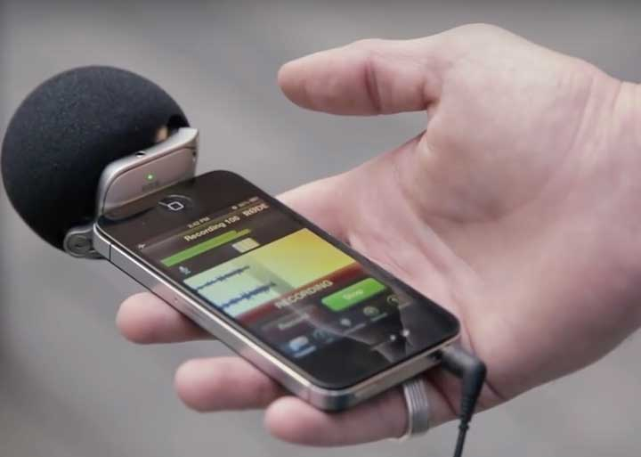 rode-ixy-microphone-in-hand-recording